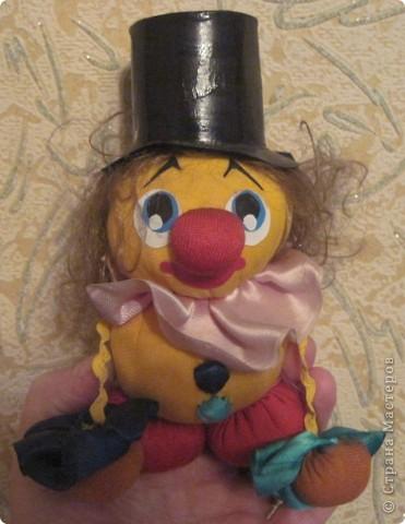 """Есть у меня такие куколки, сделанные из шариков, я их называю """"Шариколэнд"""". Сделаны они давно, лет примерно 17 назад. они мне очень дороги, потому что их делала моя старшая дочка Надюшка. Каждая куколка сделана и подарена мне к определённому празднику, каждая индивидуальна, но их объдиняет одно - сделаны они из шариков-помпончиков, сделаны с душой и все без исключения весёлые и добродушные.  фото 4"""