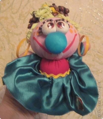 """Есть у меня такие куколки, сделанные из шариков, я их называю """"Шариколэнд"""". Сделаны они давно, лет примерно 17 назад. они мне очень дороги, потому что их делала моя старшая дочка Надюшка. Каждая куколка сделана и подарена мне к определённому празднику, каждая индивидуальна, но их объдиняет одно - сделаны они из шариков-помпончиков, сделаны с душой и все без исключения весёлые и добродушные.  фото 5"""