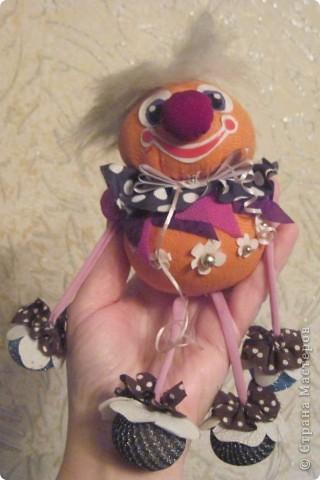 """Есть у меня такие куколки, сделанные из шариков, я их называю """"Шариколэнд"""". Сделаны они давно, лет примерно 17 назад. они мне очень дороги, потому что их делала моя старшая дочка Надюшка. Каждая куколка сделана и подарена мне к определённому празднику, каждая индивидуальна, но их объдиняет одно - сделаны они из шариков-помпончиков, сделаны с душой и все без исключения весёлые и добродушные.  фото 6"""