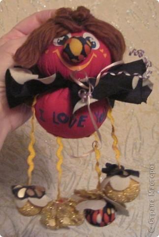 """Есть у меня такие куколки, сделанные из шариков, я их называю """"Шариколэнд"""". Сделаны они давно, лет примерно 17 назад. они мне очень дороги, потому что их делала моя старшая дочка Надюшка. Каждая куколка сделана и подарена мне к определённому празднику, каждая индивидуальна, но их объдиняет одно - сделаны они из шариков-помпончиков, сделаны с душой и все без исключения весёлые и добродушные.  фото 7"""