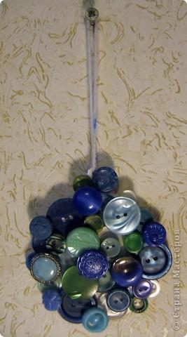 Спасибо irex за идею как можно использовать пуговичные сокровища http://stranamasterov.ru/node/113141?c=favorite! Я сделала парочку подвесок с пуговицами, но не знаю, как лучше сделать обратную сторону. Сейчас на обратной стороне сердечка наклеены нити - выглядит не очень красиво. Клеить ещё один слой картона не хочется - итак подвеска довольно тяжёлая. Что можно еще придумать? фото 2
