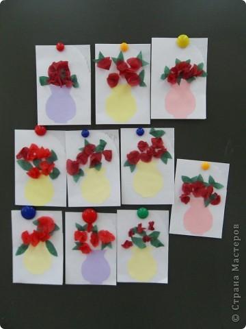 Сегодня со своими дошколятами мастерили открытки для мамочек. Деткам 4,5 - 5 лет.  Такие вазочки с цветами наши подготовишки подарили своим мамам.