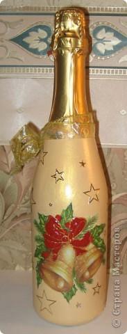 Еще одна новогодняя бутылочка. Бантик сделала выпуклым с помощью структурной пасты и контура.
