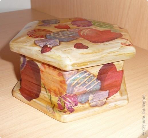 Вот такую шкатулочку оформили в подарок подружке моих дочек, сегодня пошли праздновать, надеюсь, что понравится именнинице шкатулка с конфетками и сердечками... фото 1