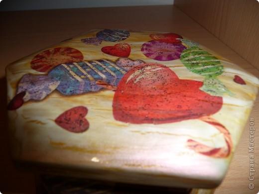 Вот такую шкатулочку оформили в подарок подружке моих дочек, сегодня пошли праздновать, надеюсь, что понравится именнинице шкатулка с конфетками и сердечками... фото 3