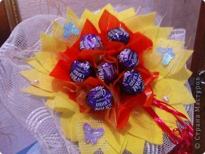Очень понравилось делать букетики из конфет.Спасибо мастерицам большое за их труд и фантазию.Этот подсолнушек делался крестнику-первоклашке для подарка учителю. фото 1