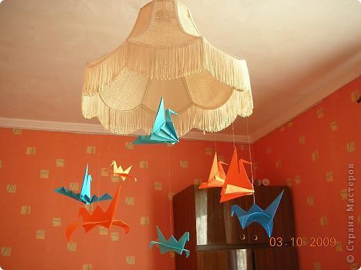 Журавлики выполнены к технике оригами,прикреплены с помощью лески.