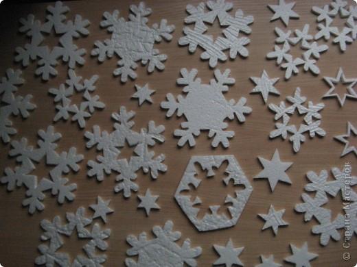 За окошком уже зима, правда, у нас пока бесснежная.., зато дома у нас - снегопад! Эти снежинки сделала моя мама в подарок нам и для украшения класса сыну. фото 1