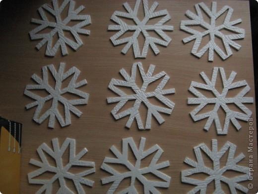 За окошком уже зима, правда, у нас пока бесснежная.., зато дома у нас - снегопад! Эти снежинки сделала моя мама в подарок нам и для украшения класса сыну. фото 6