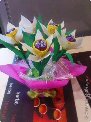 Очень понравилось делать букетики из конфет.Спасибо мастерицам большое за их труд и фантазию.Этот подсолнушек делался крестнику-первоклашке для подарка учителю. фото 2