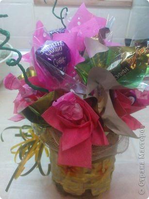 Очень понравилось делать букетики из конфет.Спасибо мастерицам большое за их труд и фантазию.Этот подсолнушек делался крестнику-первоклашке для подарка учителю. фото 3