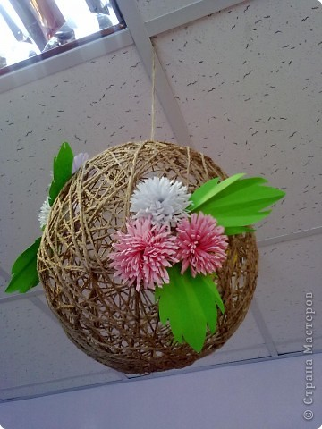 Вот такой шарик висит у меня дома. сделали его давно, но только вчера украсили цветами. фото 5