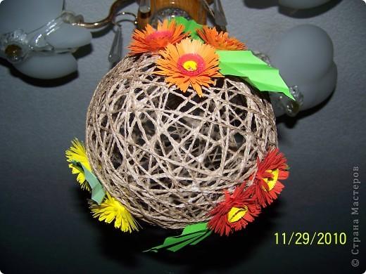 Вот такой шарик висит у меня дома. сделали его давно, но только вчера украсили цветами. фото 1