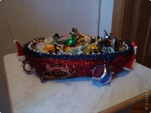 Плетеную корзинку оклеила мишурой,бусинками,декоративными элементами.Можно положить в нее сласти,сувениры,небольшие подарки и дарить близким. фото 2