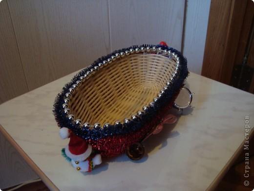 Плетеную корзинку оклеила мишурой,бусинками,декоративными элементами.Можно положить в нее сласти,сувениры,небольшие подарки и дарить близким. фото 1