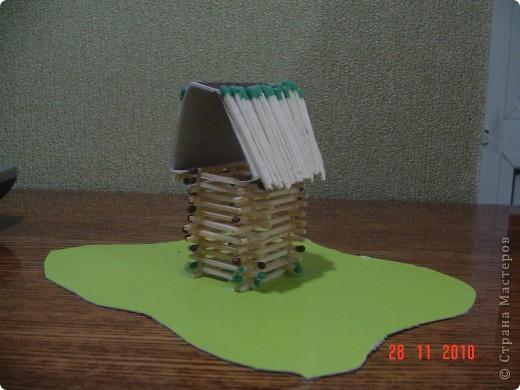 на уроке труда строили домик из спичек. крыша - это крышка от спичечного коробка, разрезанная по боковой стороне. фото 2