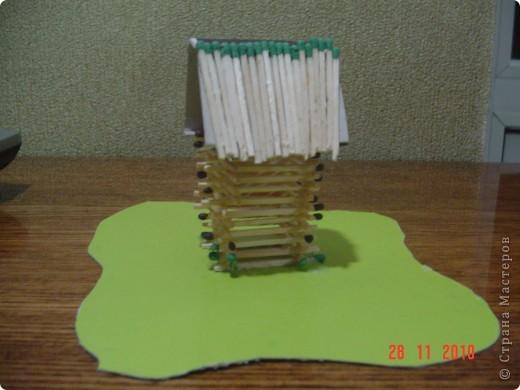 на уроке труда строили домик из спичек. крыша - это крышка от спичечного коробка, разрезанная по боковой стороне. фото 1