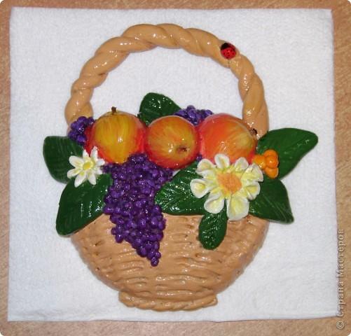 Корзинка с фруктами очень маленькая, помещается на ладошке. фото 1