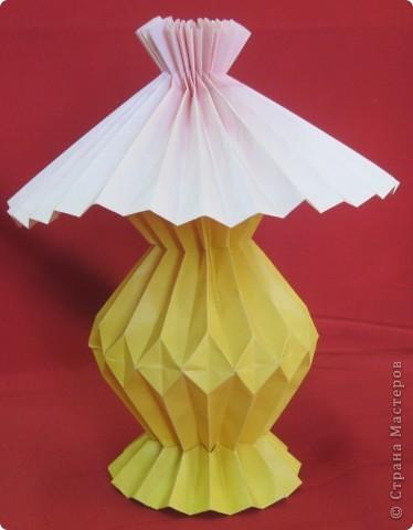 Используя гофрировки, можно сложить из бумаги оригинальную лампу с абажуром. Идея Шумаковых. фото 1
