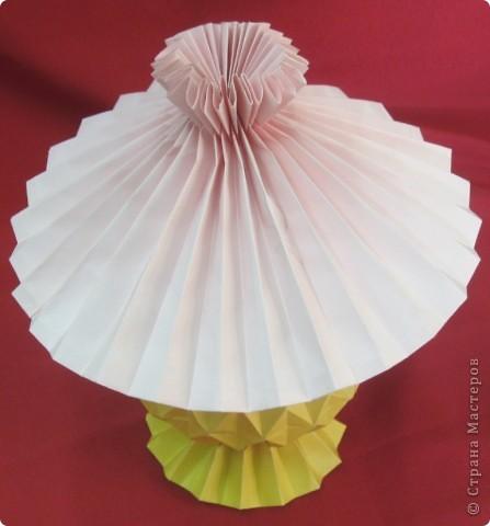 Используя гофрировки, можно сложить из бумаги оригинальную лампу с абажуром. Идея Шумаковых. фото 2