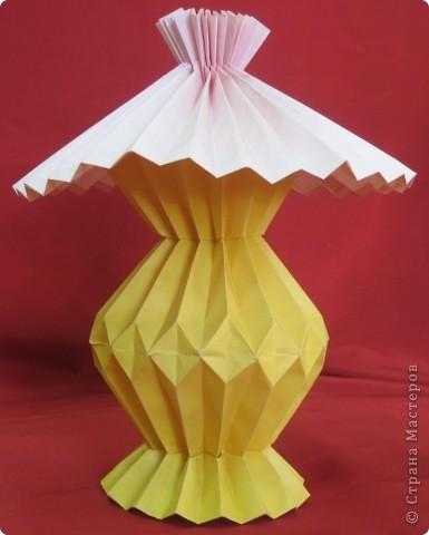 Используя гофрировки, можно сложить из бумаги оригинальную лампу с абажуром. Идея Шумаковых. фото 3