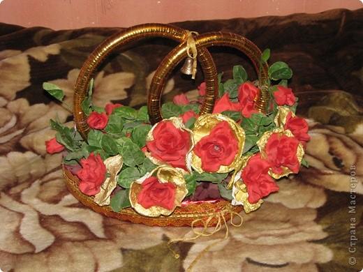 Украшение на машину дочке на свадьбу из того,что было найдено дома-пенопласт,искусственные цветы,упаковочная бумага для подарков и букетов