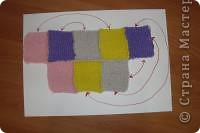 Очень часто у людей,которые часто вяжут,остается много небольших клубочков,которые и выбросить жалко и не понятно-как использовать.Как раз для таких случаев расскажу,как связать тапочки из остатков цветной пряжи. Для размера 36-37 потребуется 8 цветных квадратиков 9 на 9 см. фото 3