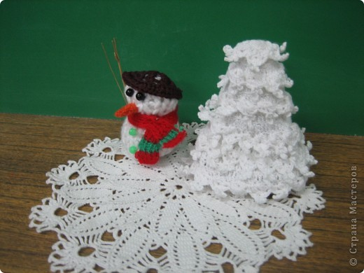 Снеговик и елка. фото 1