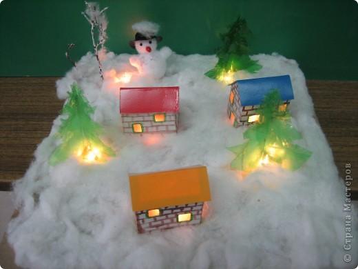 Деревенька зимой. Выполнен макет на картонной основе. Снег- вата; домики склеены из бумаги; елочки из пластиковых бутылок; снеговик из нитяных помпонов+ шапочка крючком. фото 1