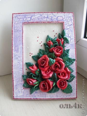 Рамку декорировала акриловыми красками. Использовала кракелюрный лак и акриловые контуры. Розы расписывала гуашью и покрыла яхтным лаком. фото 2