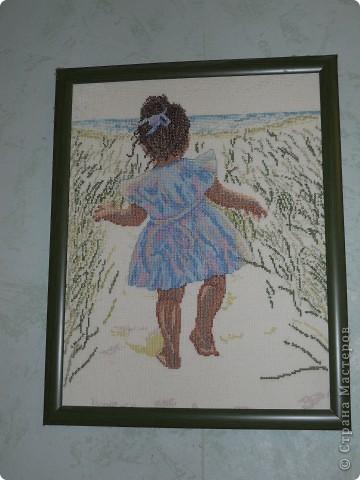 Девочка идущая к морю.