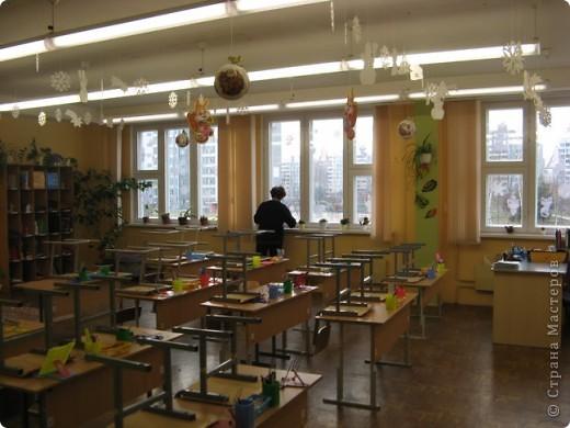 Вот такие новогодние поделки уже украшают наш класс. фото 4