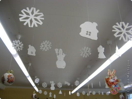 Вот такие новогодние поделки уже украшают наш класс. фото 1