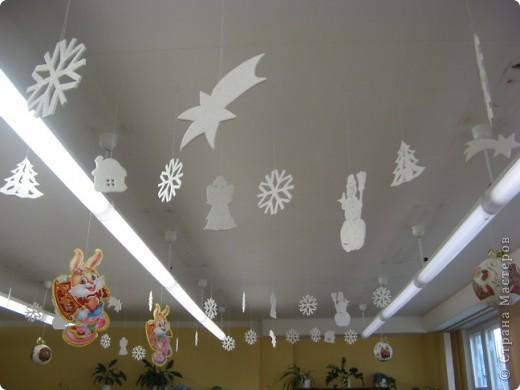 Вот такие новогодние поделки уже украшают наш класс. фото 2