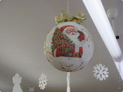 Вот такие новогодние поделки уже украшают наш класс. фото 5