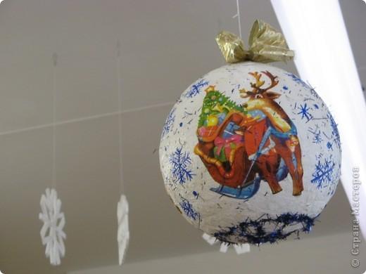 Вот такие новогодние поделки уже украшают наш класс. фото 7