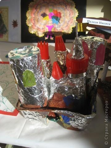 Крепость выполнена учеником 3 класса. Картонная упаковка, фольга, наконечники от кулинарного шприца, цветная бумага ..... и фантазия. Это все, что нужно для создания средневекового замка.