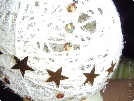 Белый шар украшен золотыми пайетками и искусвенным снегом. Здесь нижняя часть шара. фото 3