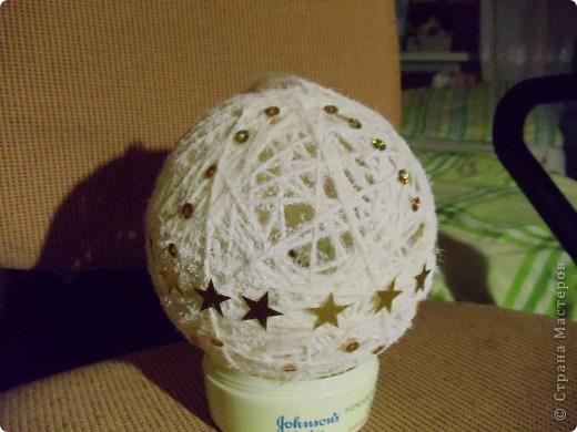 Белый шар украшен золотыми пайетками и искусвенным снегом. Здесь нижняя часть шара. фото 2