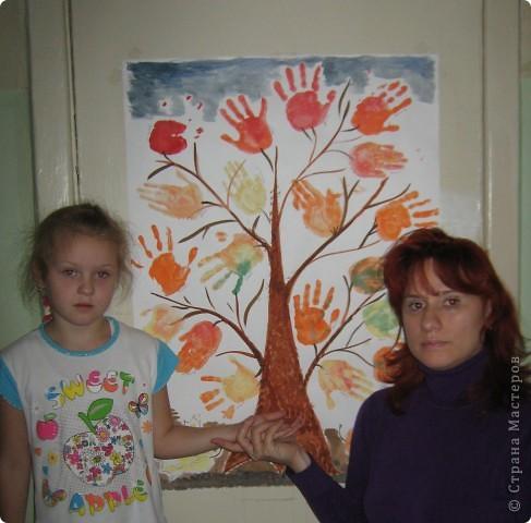 Осеннее дерево. Ладошки деток-листочки.