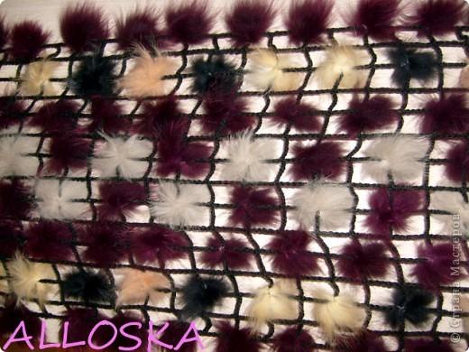 В палантине использованы цветные кусочки крашеного песца и нитки тонкие шерстяные черного цвета фото 3