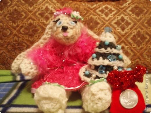 вот такую Ангелину я связала нам на новый год, с лицом долго мучалась, все никак не могла сделать, но итог вот такой, осталась немного личиком не довольна:)) елочка тоже вязанная , украшена игрушками:)))мешочек:)) фото 2