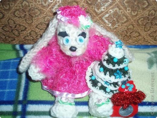 вот такую Ангелину я связала нам на новый год, с лицом долго мучалась, все никак не могла сделать, но итог вот такой, осталась немного личиком не довольна:)) елочка тоже вязанная , украшена игрушками:)))мешочек:)) фото 1