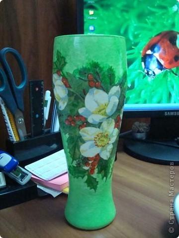 Вот такую вазочку я сделала для офиса из старого пивного бокала. К Новому году поставлю в неё сосновые веточки! фото 1