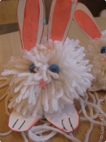 На прошлой неделе с первоклассниками делали кролика из помпона фото 4