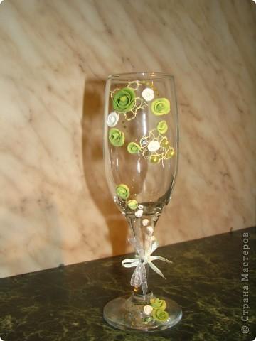 Решила попробовать декорировать бокал для шампанского. Вот, что получилось. Теперь надо ещё купить один бокальчик и свечу, чтобы был у меня полноценный набор...