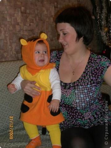 Этот костюм тигренка я сшила в прошлом году. Здесь дочке всего 10 мес. фото 3