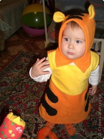 Этот костюм тигренка я сшила в прошлом году. Здесь дочке всего 10 мес. фото 1