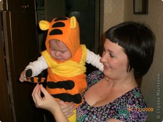 Этот костюм тигренка я сшила в прошлом году. Здесь дочке всего 10 мес. фото 2