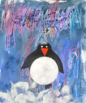 С большим удовольствием смотрели видеоролик о северном сиянии, а потом делились впечатлениями… На севере вечная зима, царство снежных туманов и удивительной красоты полярных сияний.  Кто живет в этом суровом холодном краю? Кто чаще всех любуется северным сиянием?  Конечно, это белые медведи и пингвины.  Восковыми мелками нарисовали-почиркали сияние… Для фона выбрали синий цвет… Пингвина пора на место… пузико - ватный диск… Снег, белый пушистый… тоже ватный диск… А почему бы сиянию не придать блеска? Гель - блестки подойдут…   фото 3